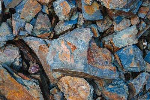 Blau-grauer Devonschiefer vom Graacher Himmelreich oben an der alten Schäferei in grauer, blauer und roter Farbe