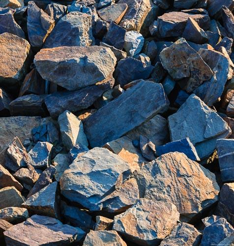 Grauwacke-Gesteine des Ahrtals auf dem Weinberg Dernauer Schieferlay in verschiedenen Farben