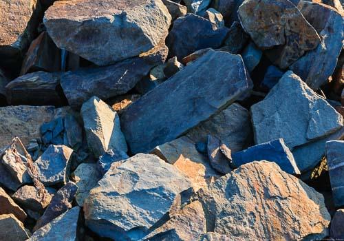 Die blau-graue Grauwacke mit roten Elementen an der Ahr enthält Quarzite. Dieses Gestein bringt im Ahr Weinbau besondere Resultate im Spätburgunder hervor. Das Gestein enthält Quarzite.