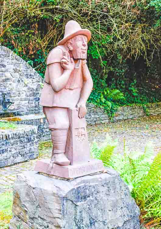 Statue im Ort Klüsserath am Hangende des Weinbergs Klüsserather Bruderschaft