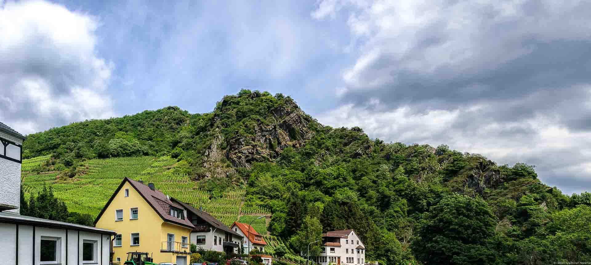 Der Mayschosser Laacherberg liegt nahe dem Fluss und geht in ein Felsmassiv über