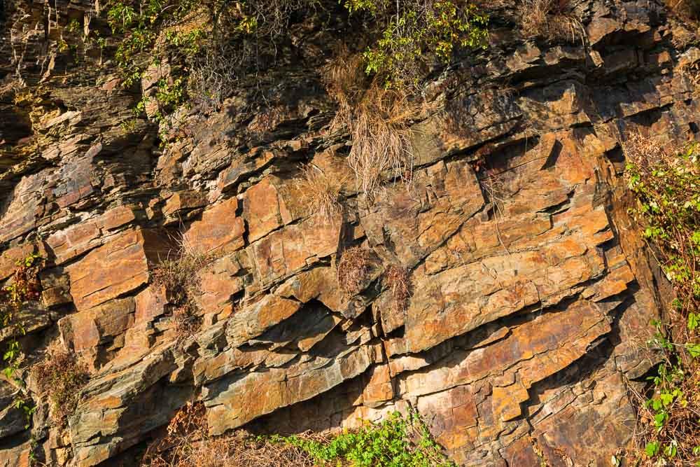 Das Gestein rund um Dernau macht bisweilen einen massiven Eindruck.