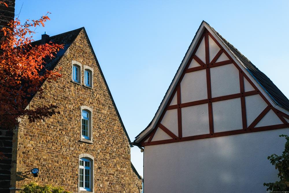 An der Ahr entdeckt man häufig Fassaden alter Gebäude.