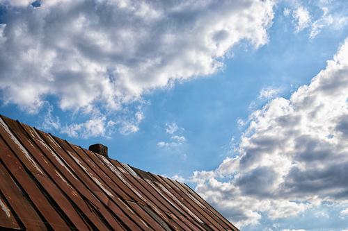 Blick in den Himmel beim Perler St. Quirinus