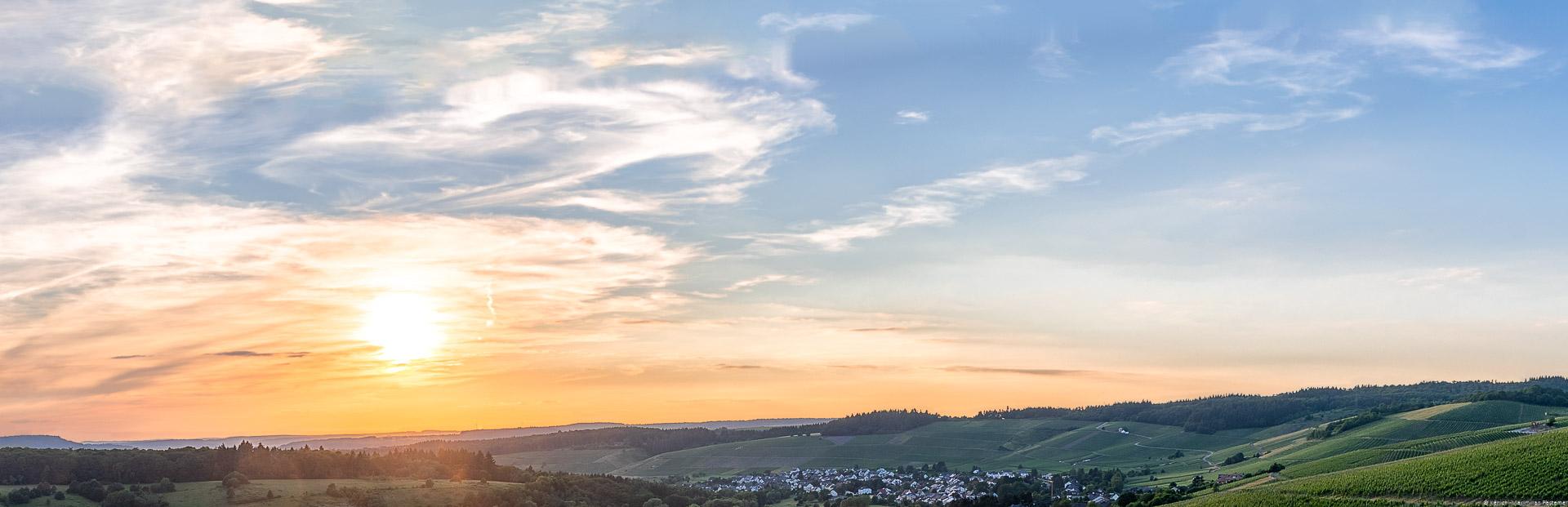 Tälchen beim Ort Niedermenning in der Weinregion Saar; Weinberg Niedermenniger Herrenberg im Hintergrund; Sonnenuntergang
