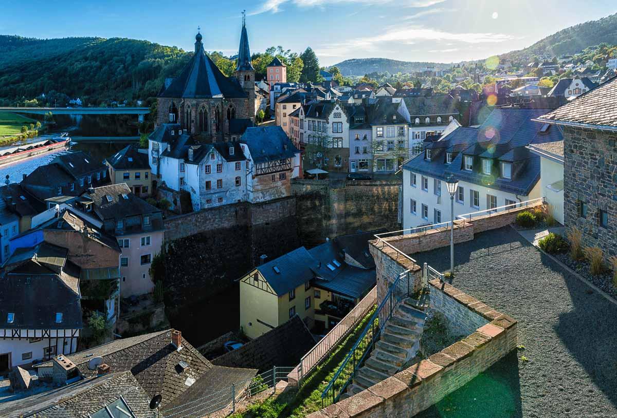Vom Saarburger Schloss hat man einen schönen Ausblick auf die Altstadt. Links verläuft der Fluss Saar.