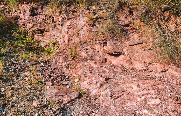 Der Schiefer des Wiltinger Schlangengrabens ist aufgrund der Erdgeschichte sehr eisenhaltig. Das erkennt man an der roten Farbe.
