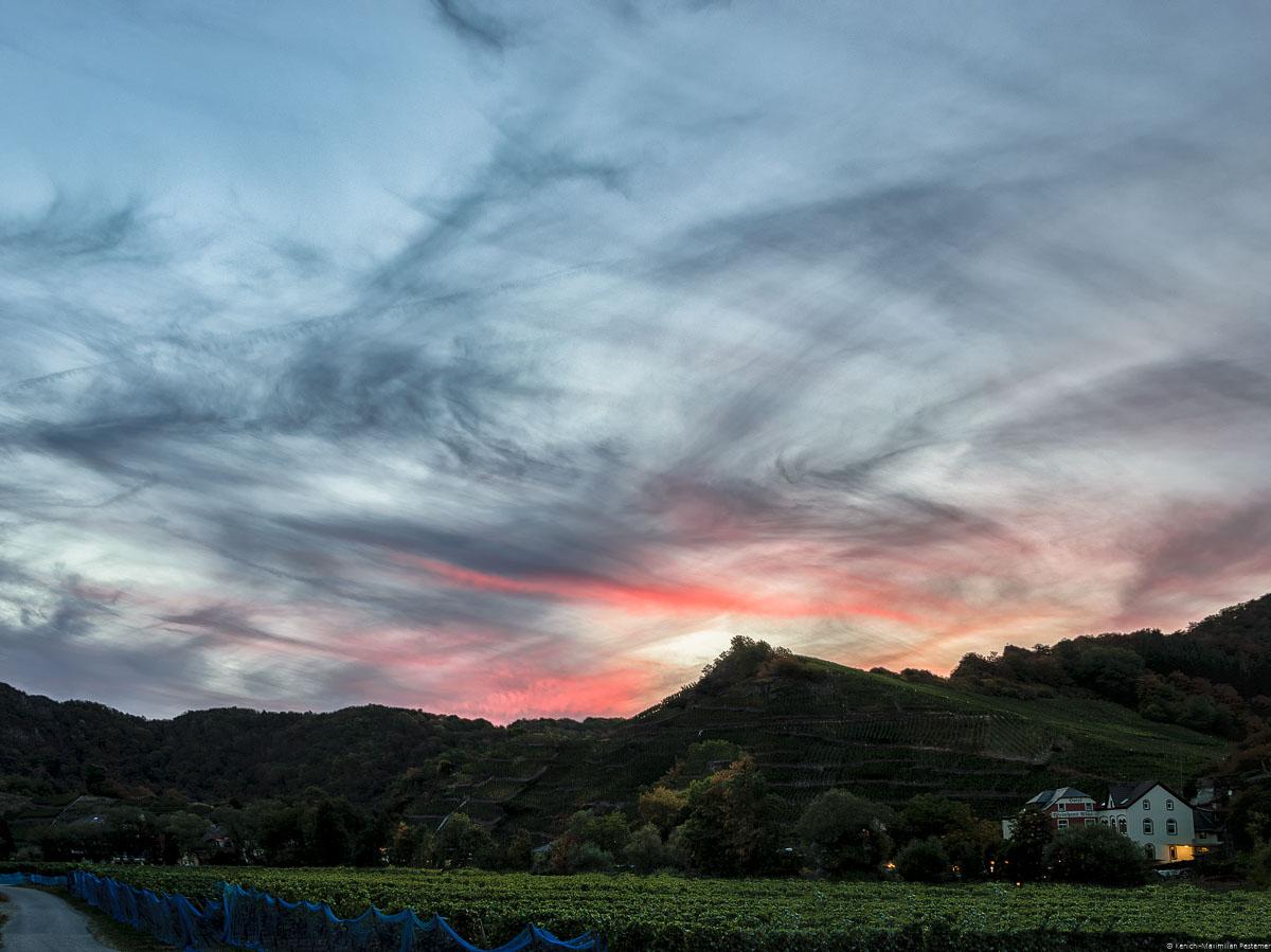 Himmelsspiel am Mayschosser Moenchberg, einer der bekanntesten Rotwein-Weinberge der Ahr