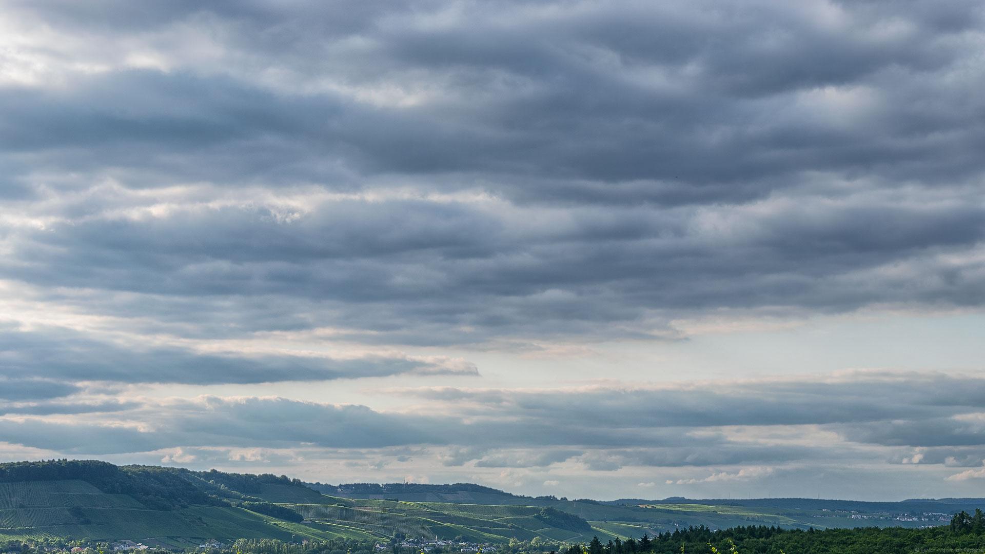 Blick vom deutschen Perl auf die Weinberge Luxemburgs beim Sonnenuntergang: Dreiländereck.