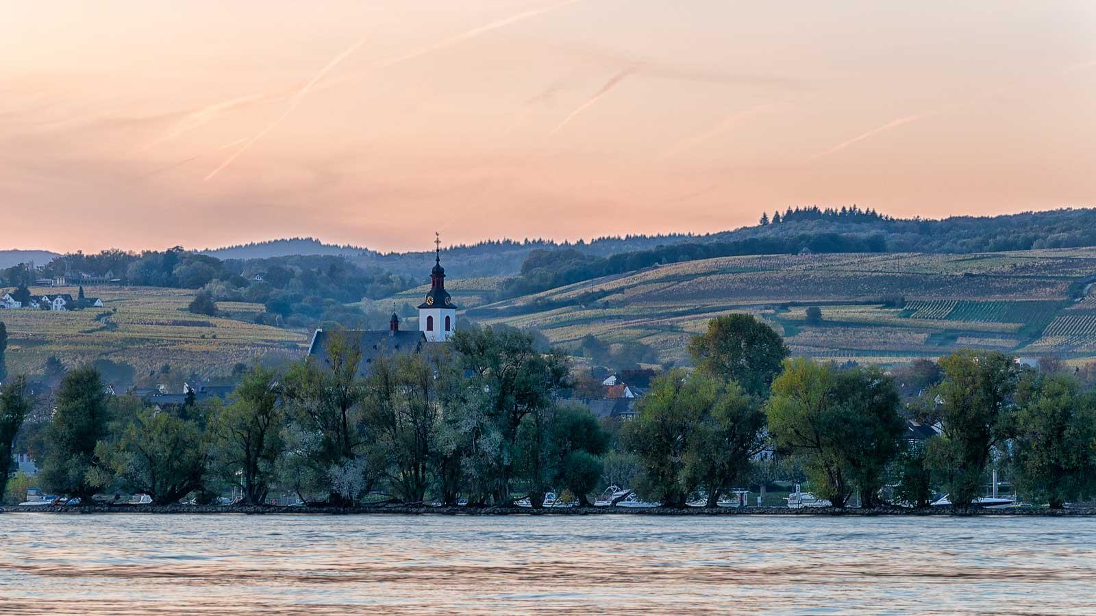 Von der gegenüberliegenden Seite des Rheins kann man feurige Sonnenuntergänge am Rheingau genießen.