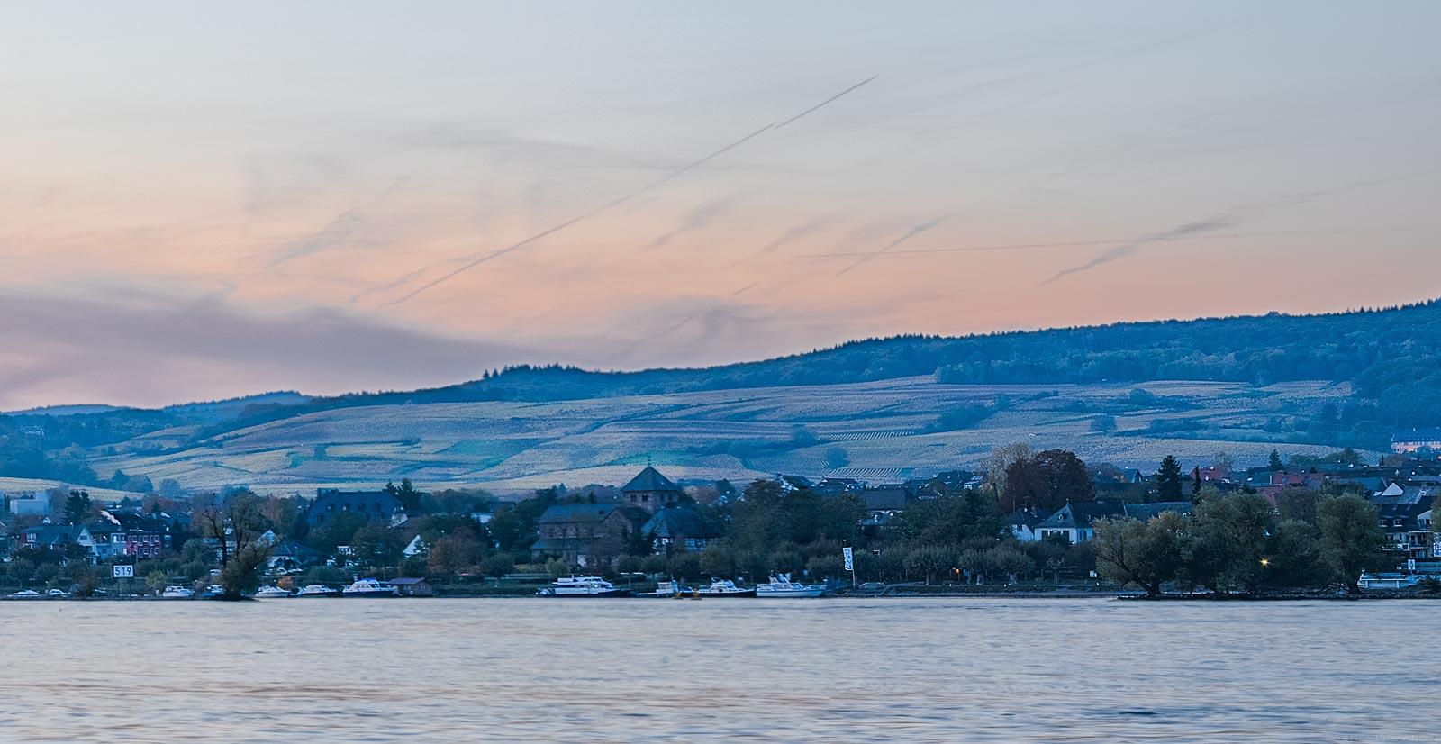 Auf der gegenüberliegenden Seite des Rheins sieht man Oestrich-Winkel