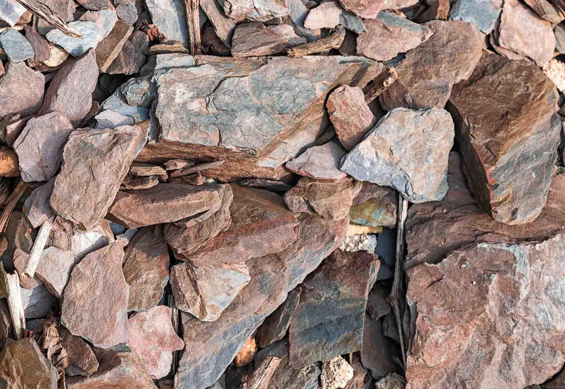 Von den roten Gesteinen der Weinberge rund um Ayl kommen weltweit bekannte typische Saarweine