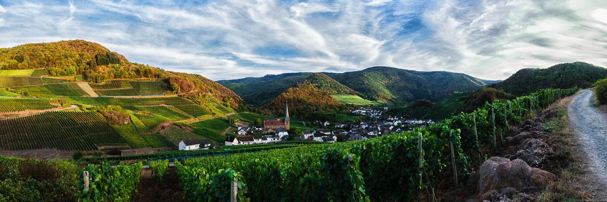 Weinlandschaft im Ahrtal, bewölkter Himmel, Ort Mayschoss, Fluss Ahr