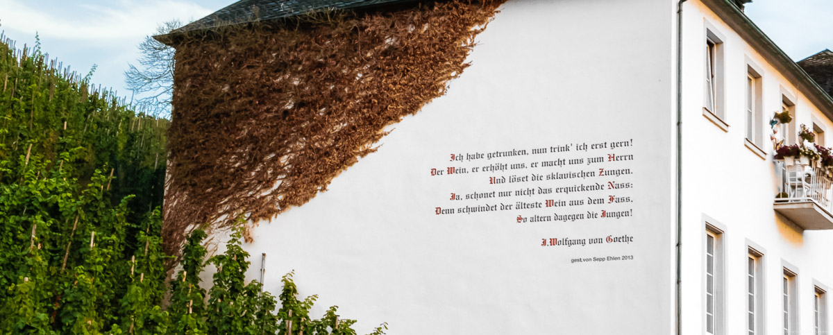 An einem Haus in Bernkastel findet sich ein Zitat von Goethe. Das Haus liegt am Weinberg Bernkasteler Lay.