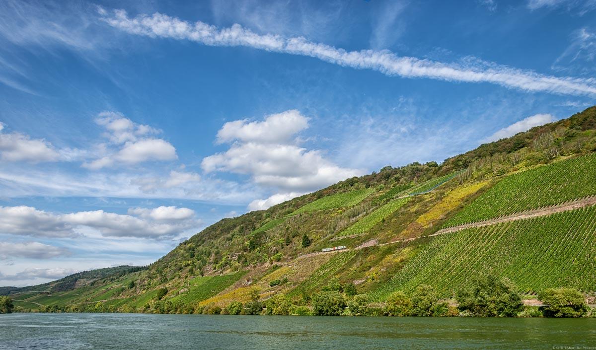 Der Fluss Mosel im Vordergrund, Im Hintergrund der Weinberg Briedeler Herzchen und der Himmel