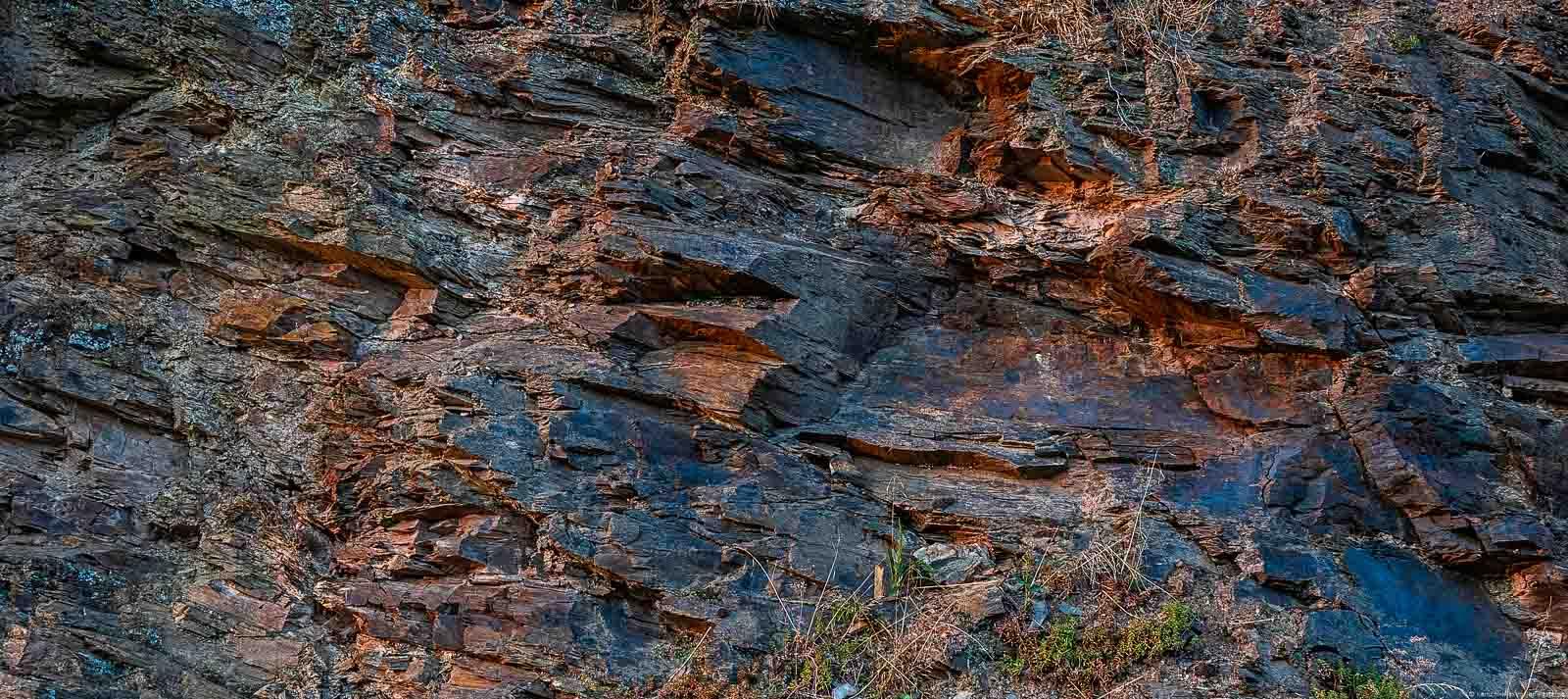 Schiefer am Weinberg Enkircher Steffensberg in grauer, blauer und roter Farbe am Abend