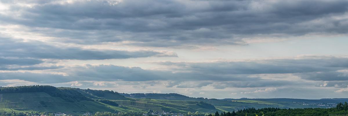 Bewölkter Himmel über den Weinbergen Luxemburgs
