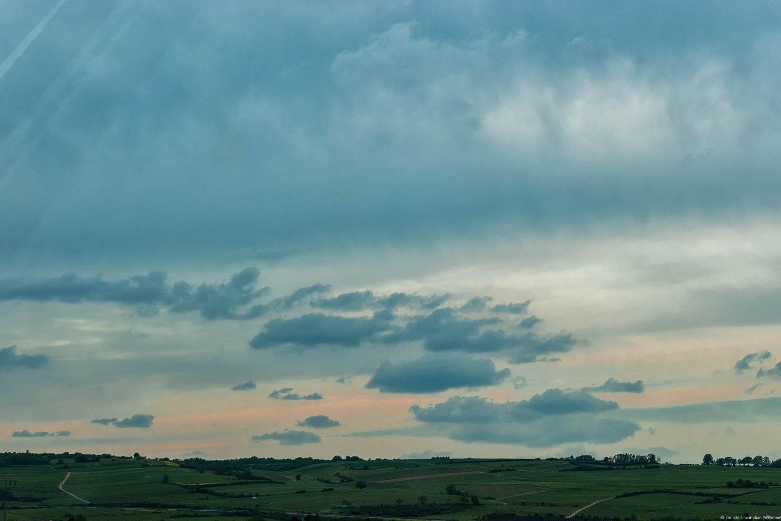 Weinberge bei Bobenheim, weite Landschaft, Himmel mit vielen Wolken, Sonnenuntergang