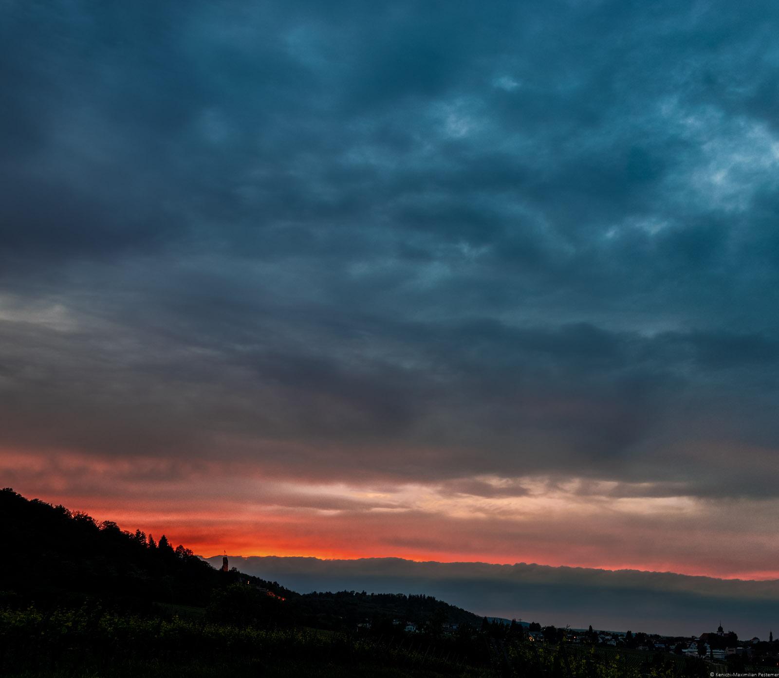 Sonnenuntergang am Forster Pechstein, Weinberge, Ort Wachenheim, Hügel, Burgturm der Wachtenburg