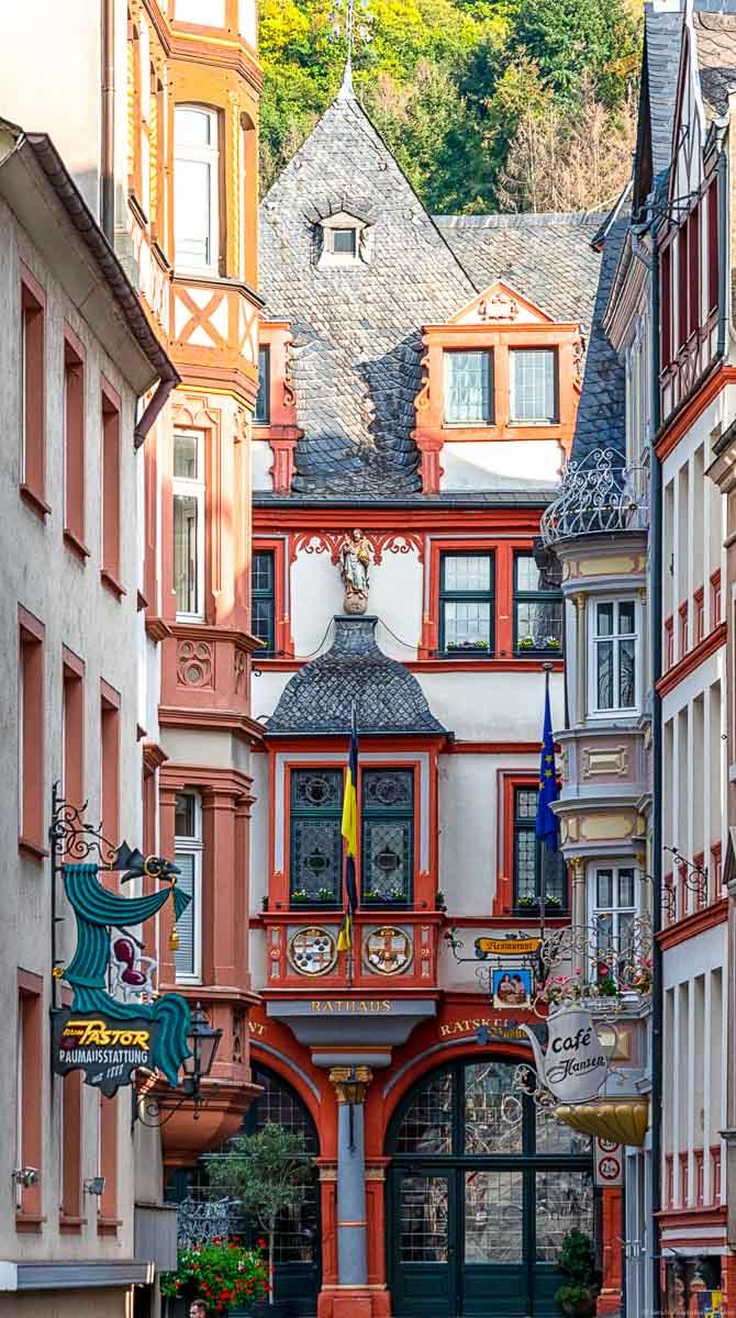 Man blickt auf durch ein Gasse auf den Marktplatz von Bernkastel-Kues. Man erkennt die Fachwerk-Fassaden.