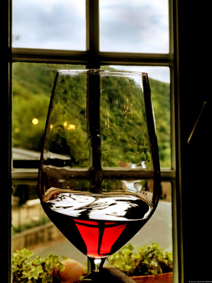Ahrtal Spätburgunder im Glas im Kloster Marienthal. Im Hintergrund ist ein Fenster.