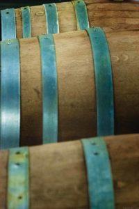 Drei Barrique-Eichenfässer im Weinkeller der Weinmanufaktur Heiner