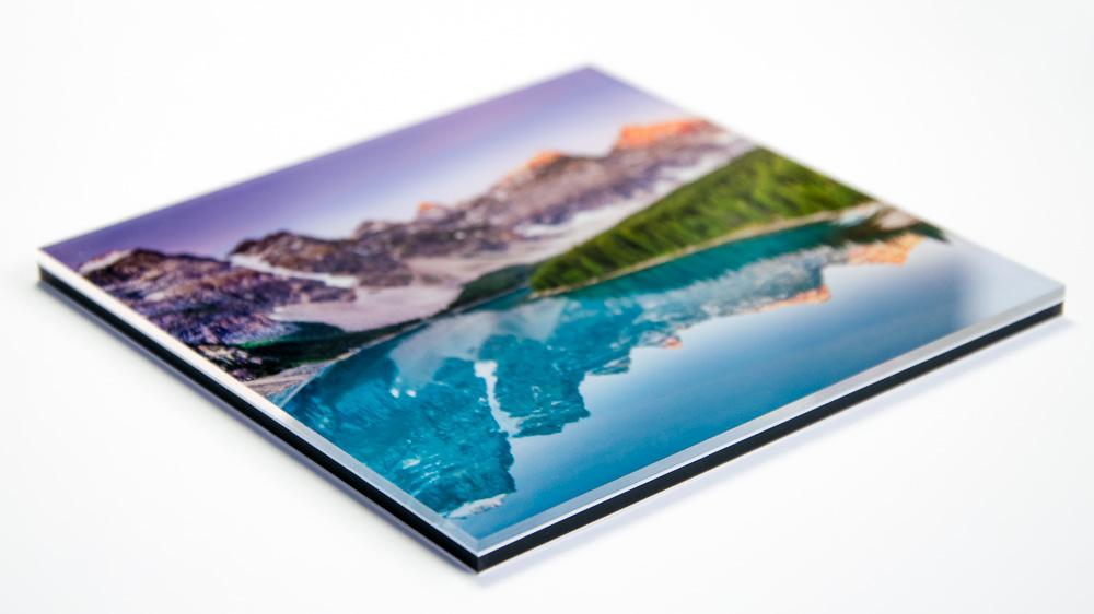 Wasser in blau und lila schneebedeckte Berge auf Acrylglas