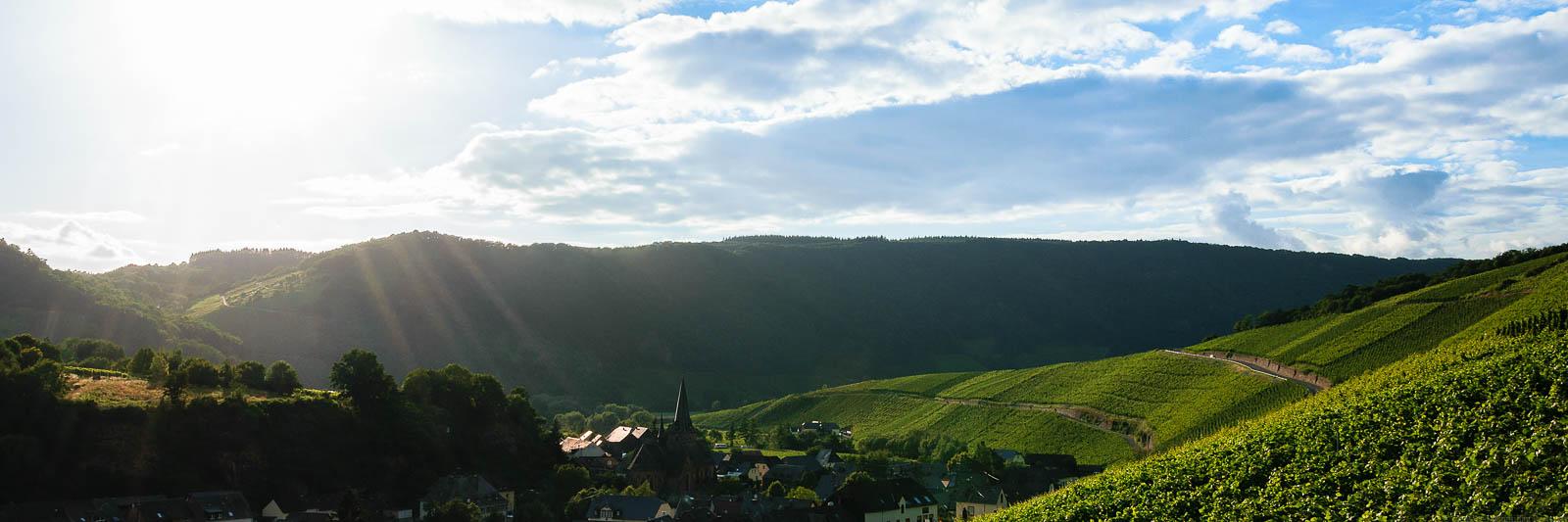 Ringsum bergig, wolkig umhegt, erwärmt sich die Brauneberger Juffer Vorschau 3 zu 1