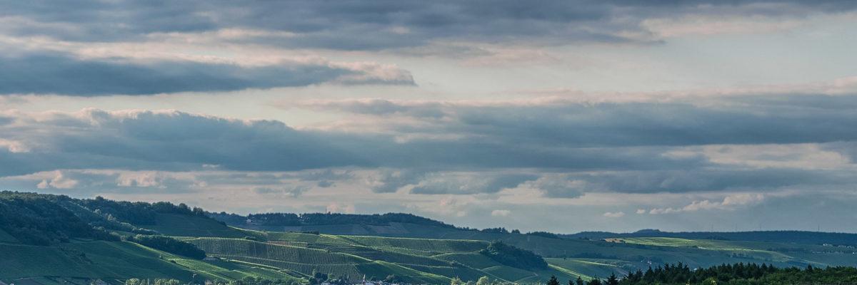 Wolken über den Weinbergen Luxemburg am späten Abend