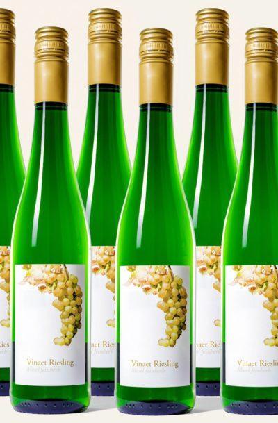 Sechs grüne Riesling feinherb Weinflaschen der Marke Vinaet