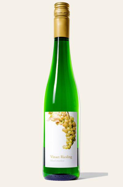 Grüne Vinaet Mosel Riesling 2019 trocken Weinflasche der Marke Vinaet