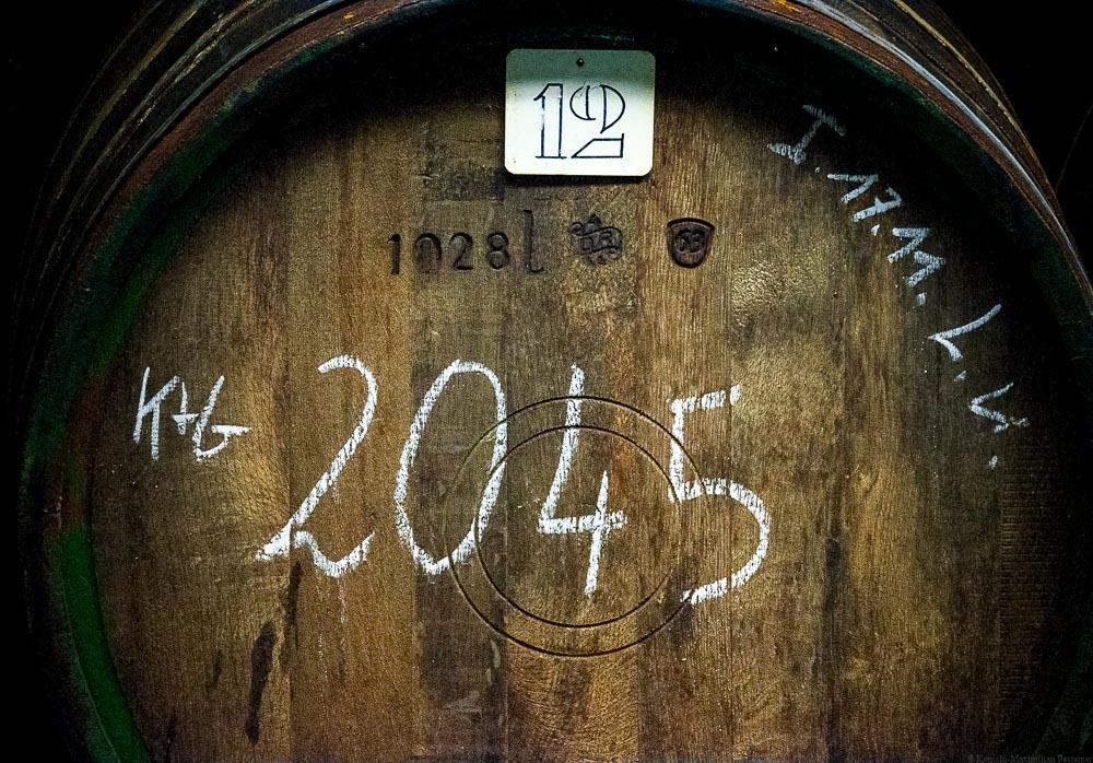 Die Vorderseite eines alten Eichenfasses von 1928 im Weinkeller des Weingutes Karl Erbes in Ürzig an der Mosel.