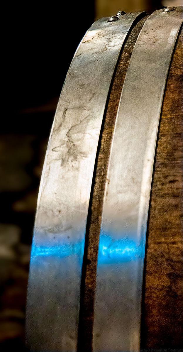 Stahlbögen an Eichenfass im Weingut M. Schömann