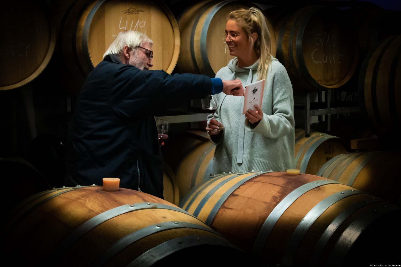 Richard Pestemer & Franziska Sporon stehen inmitten der Eichenfässer im Weinkeller der Weinmaufaktur Heiner in Dernau.