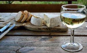 Weissburgunder und Käse auf Tisch