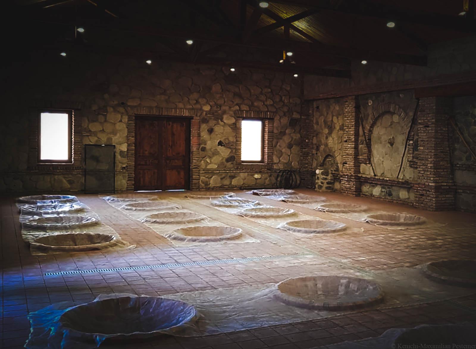 Qvevris im Raum aus Steinmauern