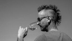 VinVenture Winzer Christian Bernhardt mit Weinglas im Weinberg