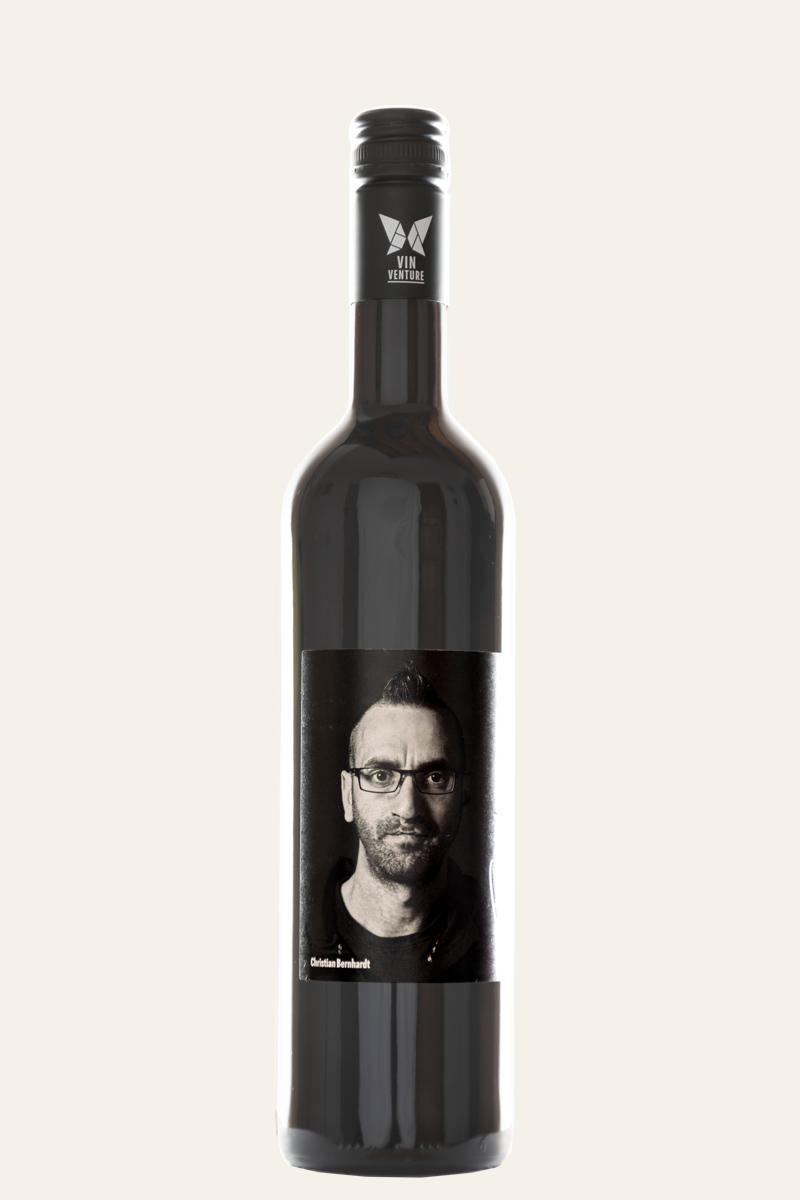 Christian Bernhardt Cuvée rot Viva Underdogs in dunkler Flasche mit dunklem Etikett und Flaschenkopf