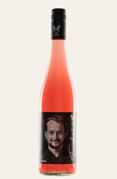 Vinventure Lukas Bicking Cuvée rosé Zwischen Himmel und Erde halbtrocken 2019 in rosa Flasche mit dunklen Etiketten
