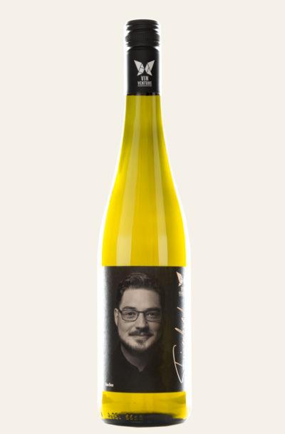 """Tom Benz Riesling """"weiches Mineral"""" Wein in gelber Flasche mit dunklem Etikett"""