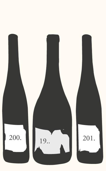 Oben auf dem Bild sind drei illustrierte alte Weinflaschen. Darunter befindet sich die Schrift.