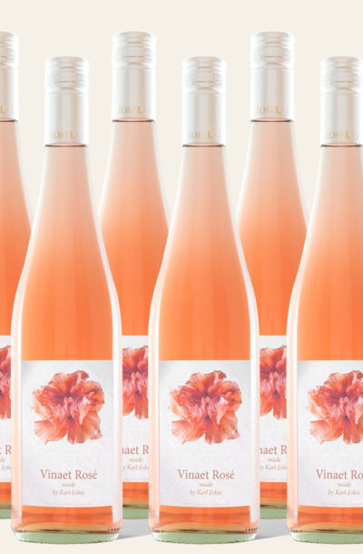 Sechs Weinflaschen Vinaet Rosé made by Karl Erbes 2019 in rötlicher Weinflasche
